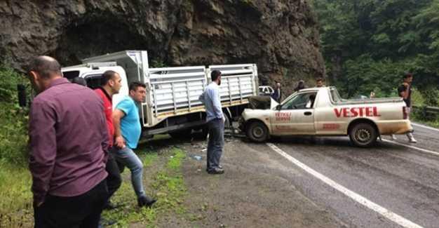 Şalpazarı Acısu karayolunda iki araç kafa kafaya çarpıştı.