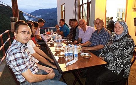 Akçiriş Köyü Muhtarı Selçuk Usta iftar verdi.
