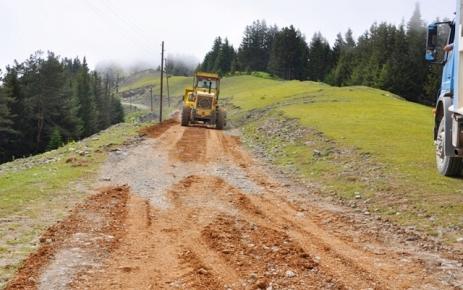 Kadırga ve Alaca yayla yollarının stabilize çalışmaları devam ediyor.