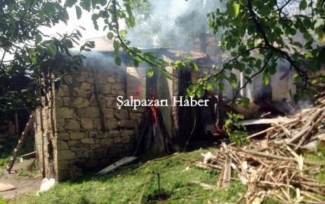 Karaçoban'da bir ev yandı.