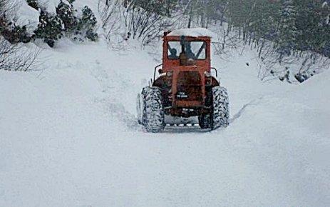 Karla kaplı köy yolları açılıyor.