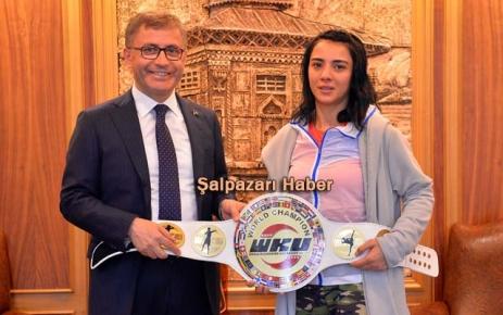 Şampiyon Kemerini Başkan Türkmen'e getirdi.