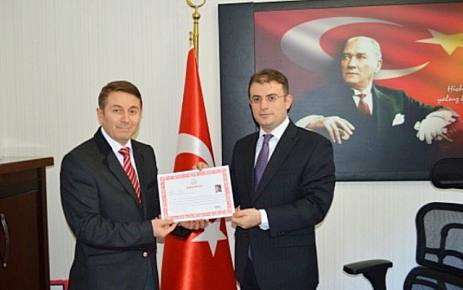 Vali Öz'den İlçe MEM İrfan Ertav'a Başarı Belgesi.